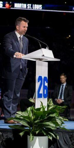 Martin St. Louis is de eerste speler die door het team van Tampa Bay Ligthning wordt geëerd, zijn nummer 26 zal nooit meer aan een andere speler worden gegeven…en zijn toespraak werd dus mooi achter een Villa ProCtrl spreekgestoelte gegeven op nationale tv zender ESPN in de USA
